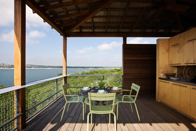 Balkon schön gestalten Balkonideen grüne Balkonstühle