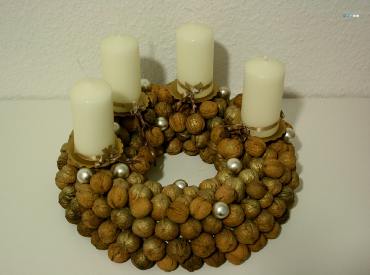 DIY Adventskranz Walnüssen Kerzen schöne Weihnachtsdeko Ideen