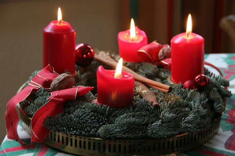 DIY Ideen Weihnachtsdeko Adventskranz mit roten Kerzen