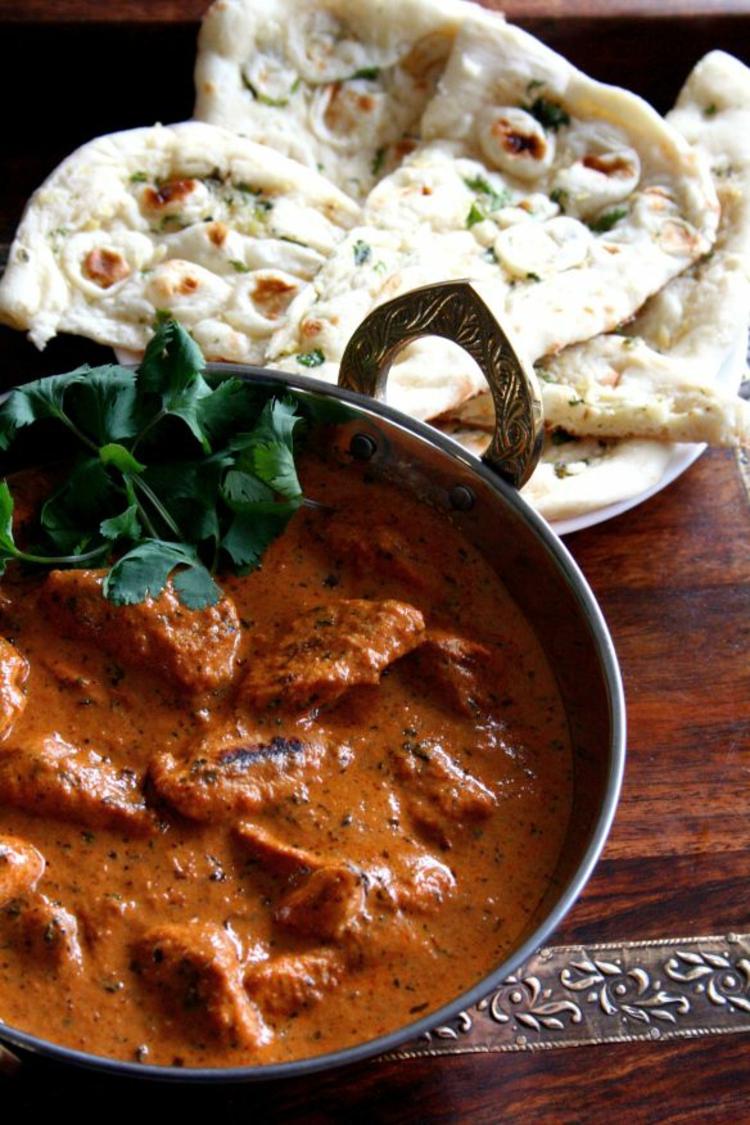 Hähnchen Tikka Masala indische Spezialitäten Naan Brot indischen Gewürze