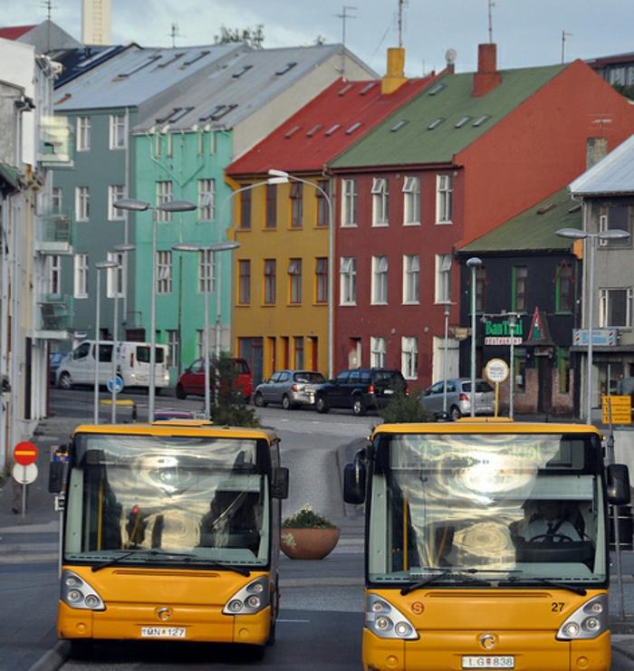 Hauptstadt Island Reykjavík sehenswürdigkeiten farbige häuser stadtverkehr