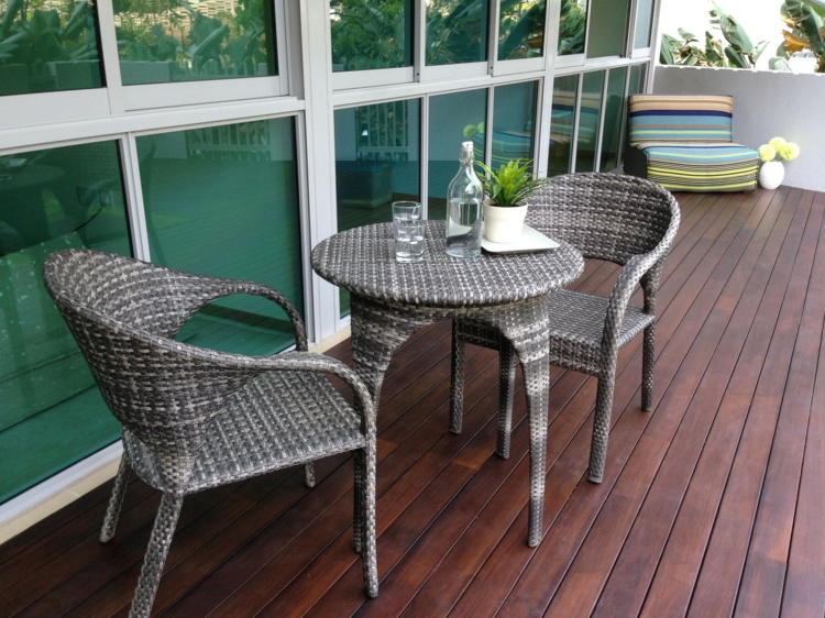 Rattan Balkonmöbel Ideen Holzdielen rustikale Einrichtungsideen mit Charme