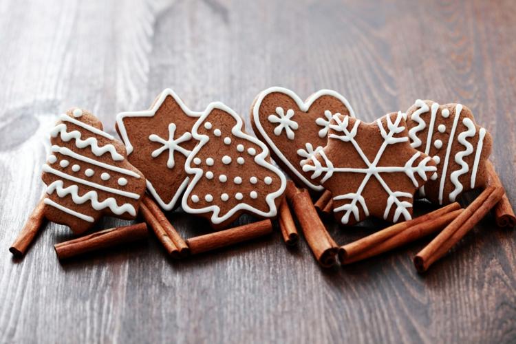 Weihnachtliche Plätzchen mit Gewürzen Nelken Gewürz Zimt Gewürz