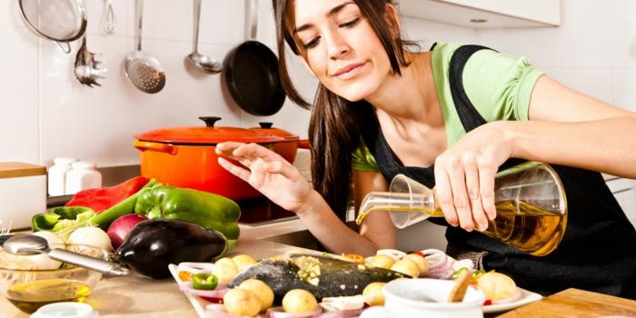abnehmen ohne zu hungern hausfrau kochend fisch
