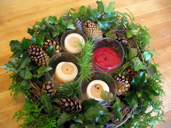 adventskranz dekorieren dekoideen weihnachten kerzen glas rote kerze weiße kerzen blätter