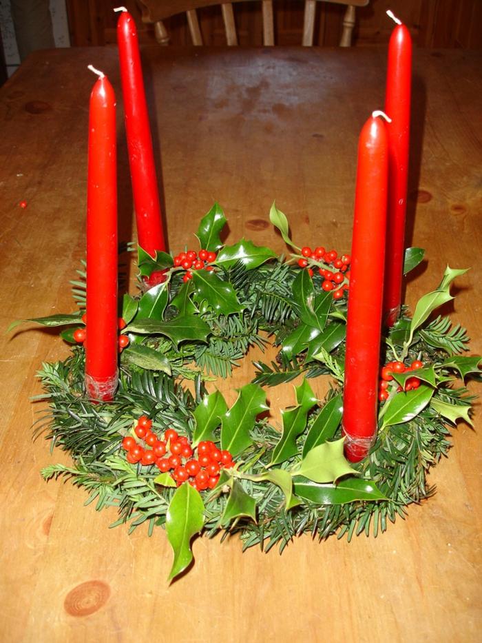 ideen adventskranz festliche tischdeko rote kerzen grüne blätter