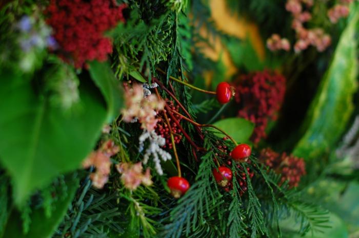adventskranz ideen gruen rot reich saftig