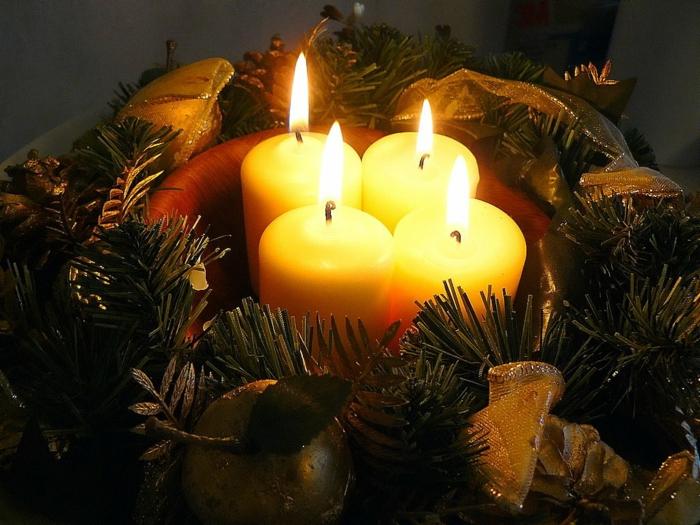 adventskranz ideen kerzen nebeneinander dekoideen weihnachten