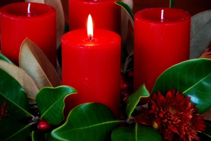 ideen adventskranz rote kerzen blätter weihnachten
