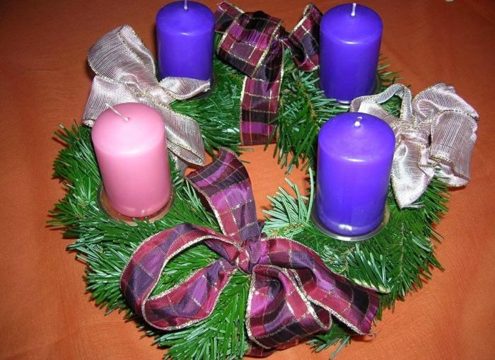 adventskranz dekorieren vier kerzen rosa lila bänder dekoideen weihnachten