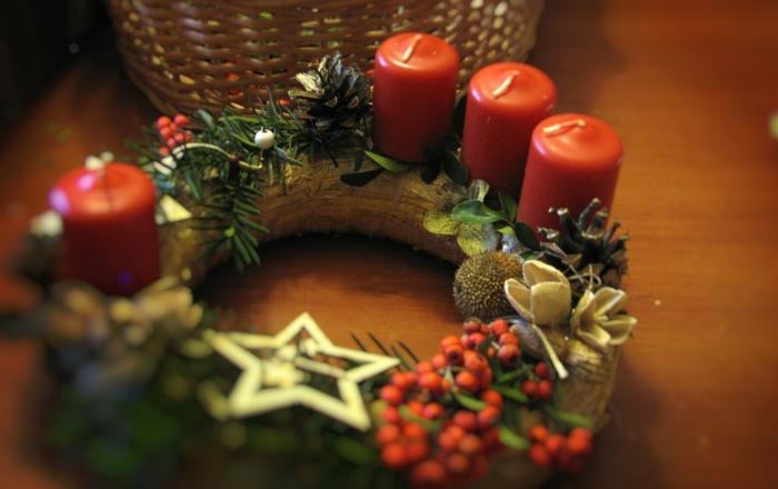 adventskranz dekorieren weihnachten symbole festliche tischdeko