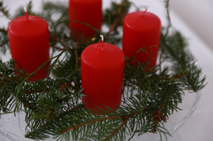 adventskranz kerzen rot vier tannenäste