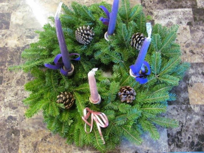 ideen adventskranz rosa kerze blaue kerzen dekoideen weihnachten
