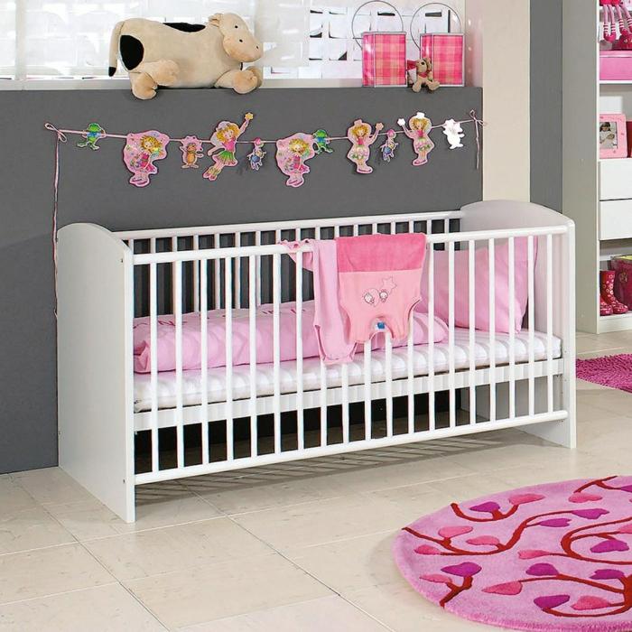 babybett kaufen auswählen designs babyzimmer graue wandfarbe rosa akzente