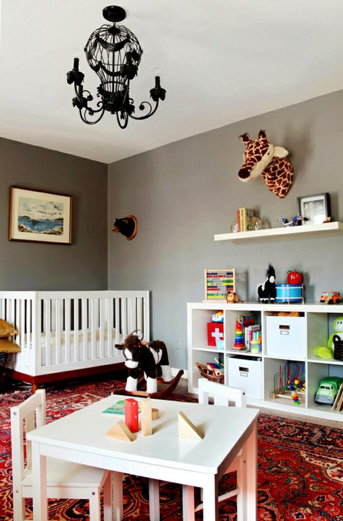 babybett kaufen babyzimmer gestalten roter teppich weiße möbel spielzeuge