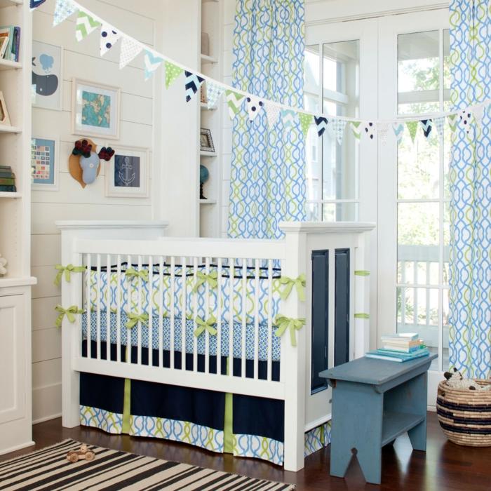 babybett kaufen bettwäsche sitzbank streifenteppich geometrisches gardinenmuster