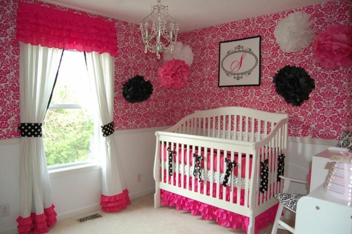 babybett kaufen dekorieren babyzimmer mädchen gestalten blumentapete rosa akzente