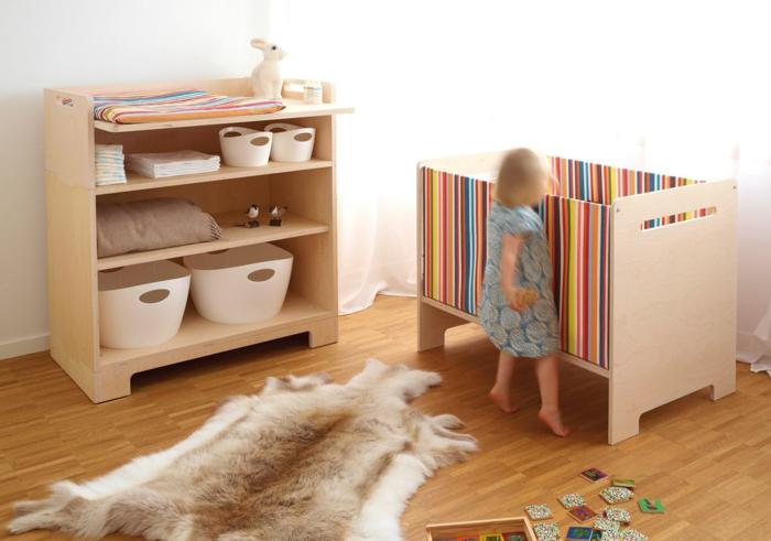 babybett kaufen farbige streifen babyzimmer fellteppich offene regale