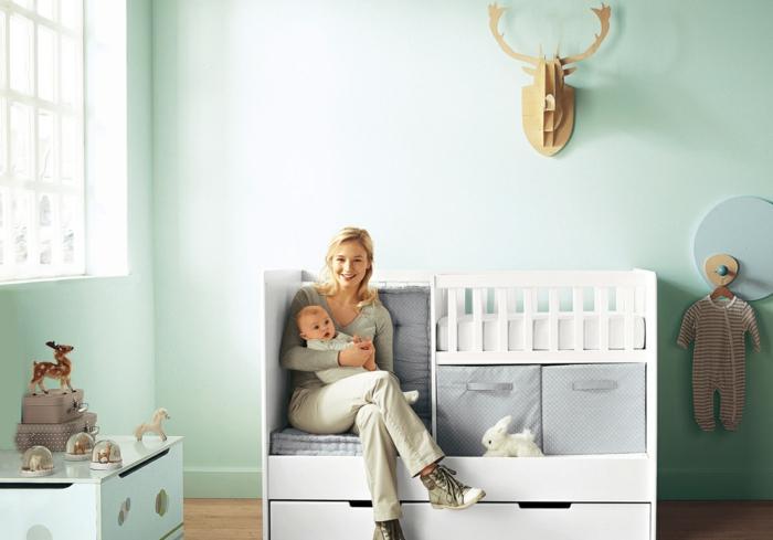 babybett kaufen funktionales design stauraum sitzgelegenheit hellgrüne wandfarbe
