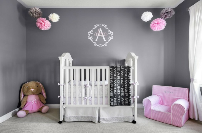 babybett kaufen nützliche tipps babyzimmer teppichboden rosa sessel graue wandfarbe