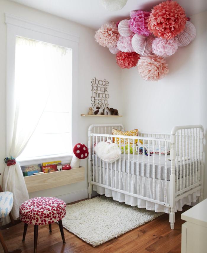 babybett kaufen tipps weißer teppich weiße wände babyzimmer dekorieren