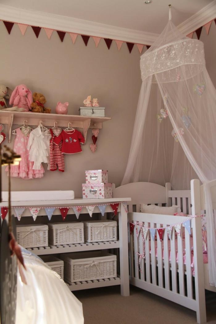 babybetten betthimmel aufbewahrungskörbe mädchenzimmer