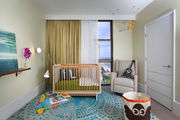 babybetten design babyzimmer einrichten ideen schöner teppich lange gardinen