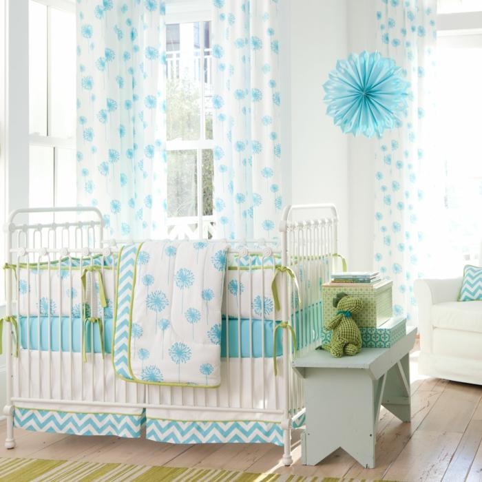 babybetten design baybzimmer blau grün sitzbank holzboden