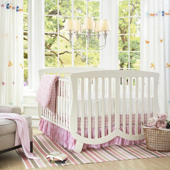 babybetten design weiß farbiger streifenteppich frische gardinen spielzeuge