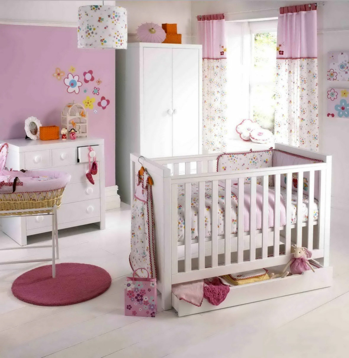 babybetten lange gardinen blumenmuster rosa akzente