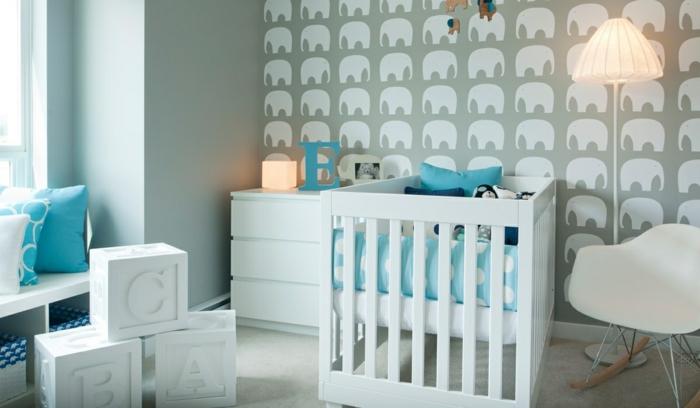babybetten weiß babyzimmer dekorieren lustige wandtapete stehlampe schaukelstuhl