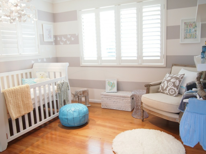 babybetten weiß babyzimmer gestalten blaue akzente streifenmuster wandgestaltung