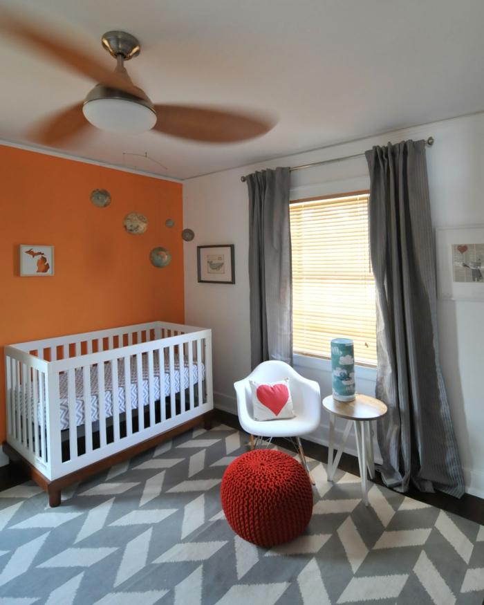 babybetten weiß beine schaukelstuhl graue gardinen orange akzentwand