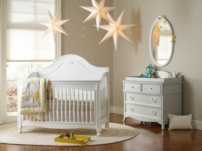 babybetten weißes mobiliar teppich wandspiegel babyzimmer gestalten