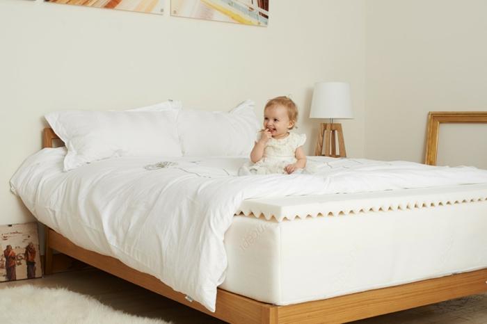 bio matratzen schlafzimmer einrichten teppich holzbett helle wandfarbe
