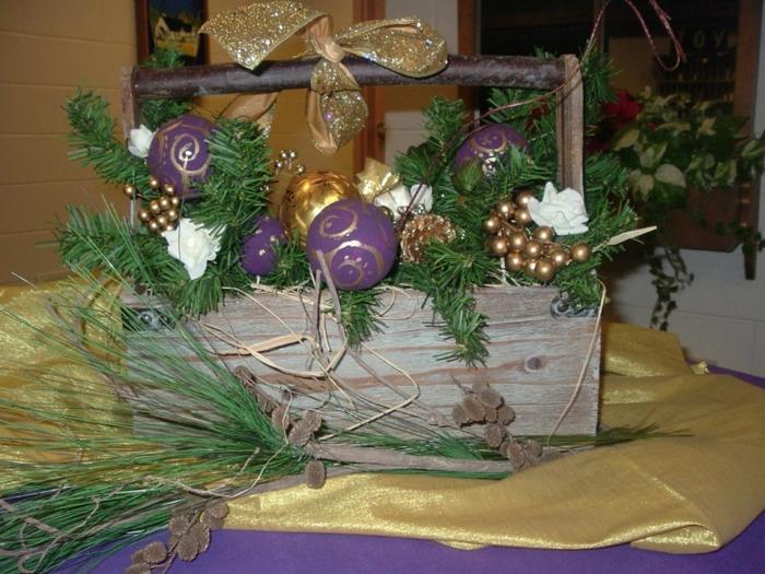 dekoideen weihnachten goldene tischdecke lila baumanhänger grün