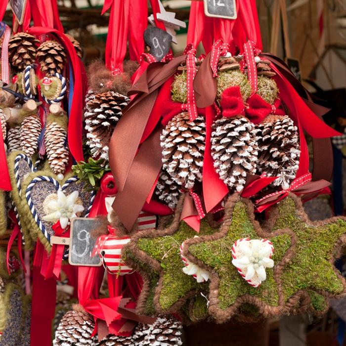 die schönsten weihnachtsmärkte suessigkeiten tannenzapfen