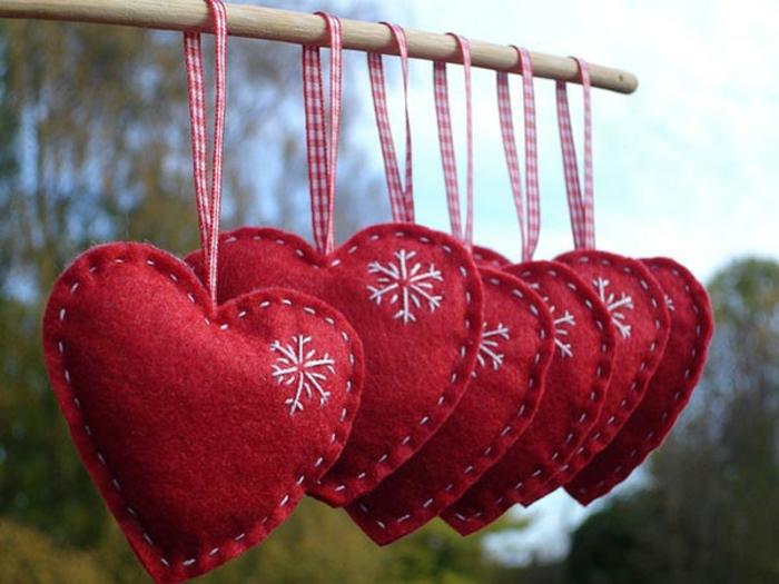 diy deko ideen weihnachten adventszeit christbaumschumck filz herzen