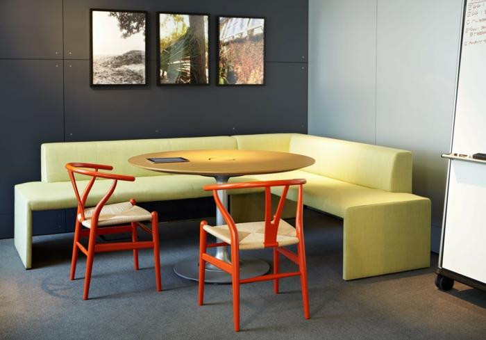 eckbank hellgelb orange stühle hellgrauer teppich essbereich