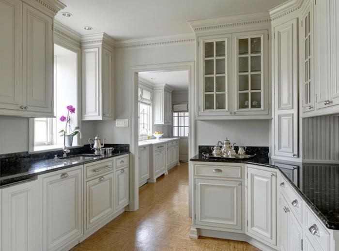 eckschrank küche weiß weiße wandfarbe dunkle arbeitsoberfläche