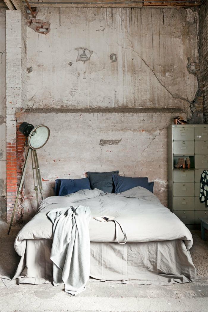 einrichtungsideen schlafzimmer industrielles schlaftzimmer ziegelwand stehlampe