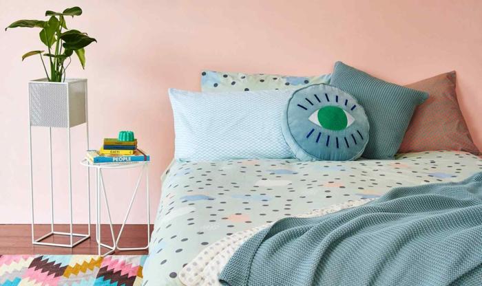 einrichtungsideen schlafzimmer kleines schlafzimmer frische wand farbige dekokissenteppich
