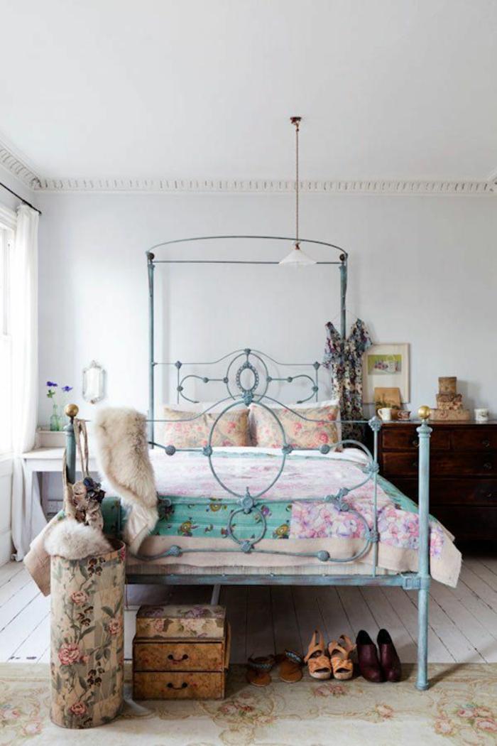 einrichtungsideen schlafzimmer vintage bett rustikale elemente blumenmuster