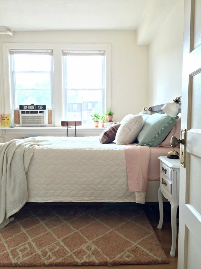 einrichtungsideen schlafzimmer weiblich kleiner raum teppich fenster dekokissen