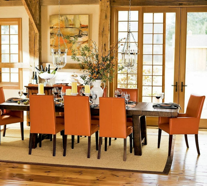 esszimmer einrichten orange stühle rustikaler esstisch teppich holzbalken