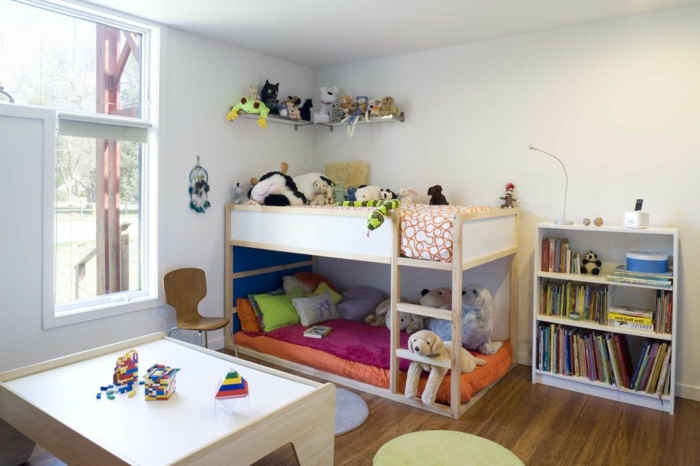 etagenbetten kinderzimmer einrichten ideen spielzeuge offene regale bücher
