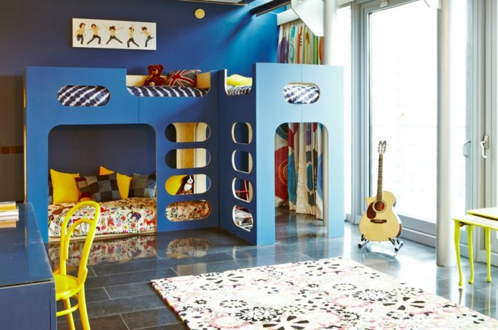 etagenbetten kinderzimmer gestalten blumenteppich gelbe akzente dunkle wände