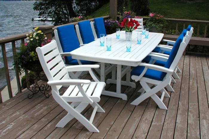 gartenmöbel set holz weiß blaue gartenauflagen pflanzen