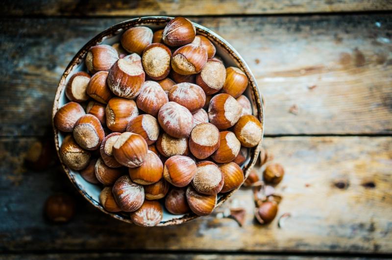 gesundes Leben Frauen gesunde Lebensmittel Haselnüsse roh essen