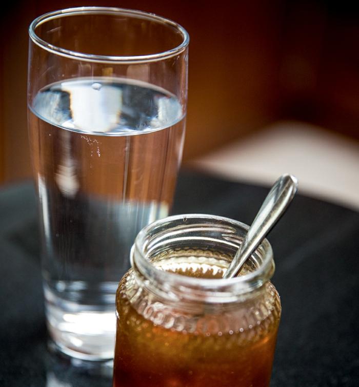 gesundes leben wasser trinken honig hinzufügen gesundheit